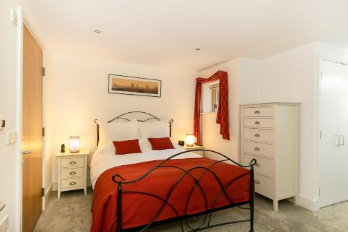 A bed or beds in a room at 5* Accredited; City Centre Location