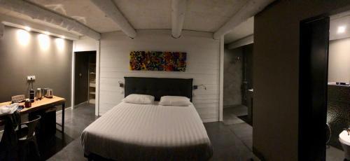 A bed or beds in a room at Les cabanons de Mémé Jeannette