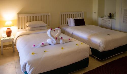 سرير أو أسرّة في غرفة في منتجع قيصر باي