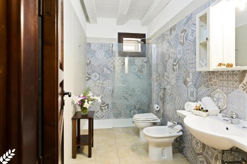 A bathroom at Case Di Latomie
