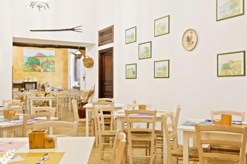 A restaurant or other place to eat at Case Di Latomie