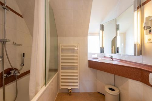 A bathroom at The Black Swan Hotel