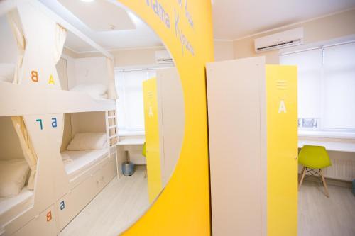 Двухъярусная кровать или двухъярусные кровати в номере Hostel 60