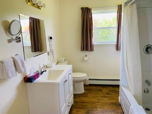 A bathroom at Fair Isle Motel