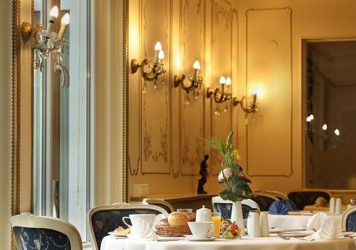 Ein Restaurant oder anderes Speiselokal in der Unterkunft Hotel Brenner