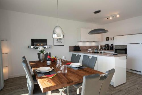 A kitchen or kitchenette at Penthouse Karat - Oase am Haff