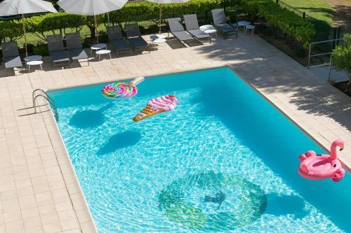 Uitzicht op het zwembad bij Hôtel Birdy by Happyculture of in de buurt