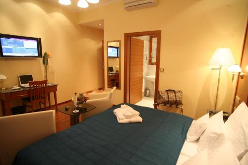 A bed or beds in a room at Hotel Corvinus