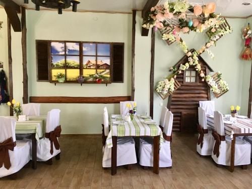 A restaurant or other place to eat at Mіnі Gotel Pozitiv