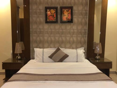 Cama ou camas em um quarto em ذرا للأجنحة الفندقية 5