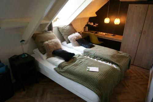 A bed or beds in a room at Herberg Restaurant 't Zwaantje