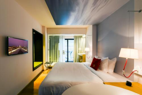A bed or beds in a room at Hotel The Royal Snail