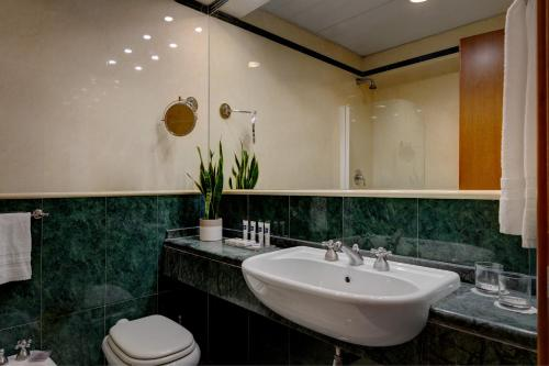A bathroom at iH Hotels Roma Cicerone