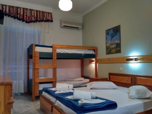Μία ή περισσότερες κουκέτες σε δωμάτιο στο Ξενοδοχείο Λείβηθρα
