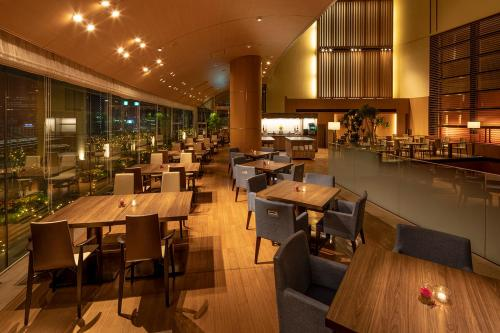 A restaurant or other place to eat at Marunouchi Hotel