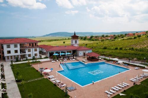 Изглед към басейн в Апарт Хотел Хармони Хилс Резиденс Рогачево или наблизо