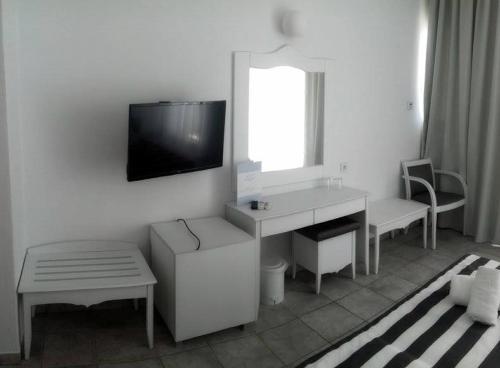 Μια τηλεόραση ή/και κέντρο ψυχαγωγίας στο Hotel Akti Ouranoupoli Beach Resort