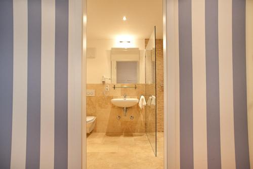 A bathroom at das HOTEL in München