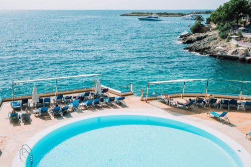 Ein Blick auf den Pool von der Unterkunft Europe Playa Marina oder aus der Nähe
