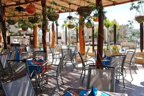 Un restaurante o sitio para comer en 1BR Nautical Suite Sleep 4 in Cabo