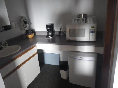 A kitchen or kitchenette at Alcan Motor Inn