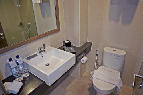 A bathroom at Horison Sky Kualanamu