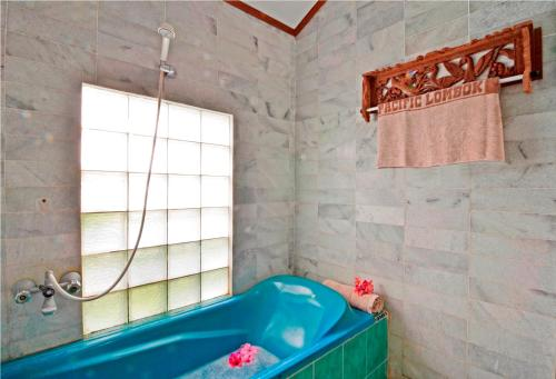 A bathroom at Pasific Beach Cottages