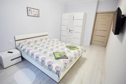 Кровать или кровати в номере Apartments on Kaliningradskii prospect