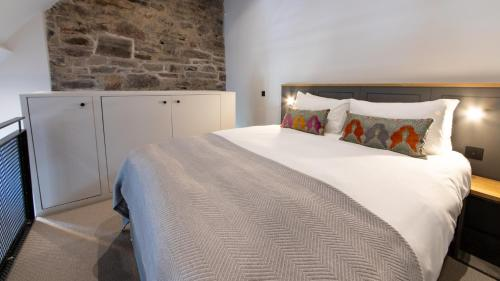 A bed or beds in a room at Linton Collection - Blackfriars Lofts