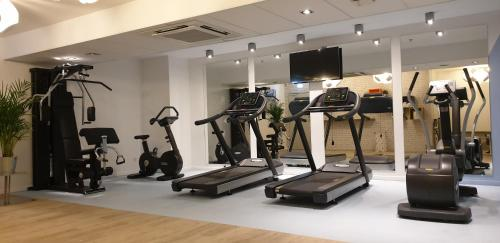 The fitness center and/or fitness facilities at Mercure Marseille Centre Vieux Port