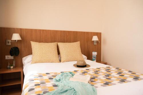 Een bed of bedden in een kamer bij Aparthotel Ona Palamós