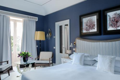 A bed or beds in a room at Capri Tiberio Palace