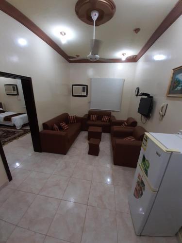 Uma área de estar em Al Masarah Furnished Units