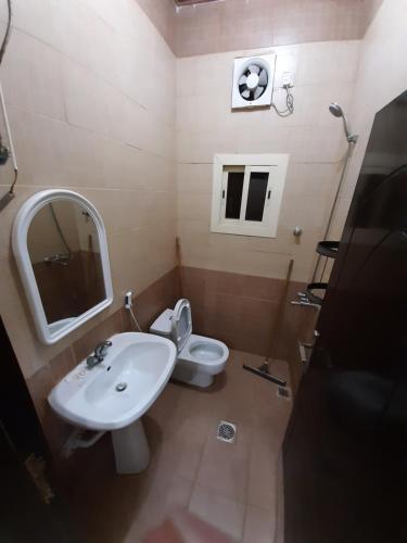 Um banheiro em Al Masarah Furnished Units