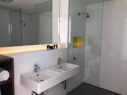 A bathroom at Young Federation Motor Inn