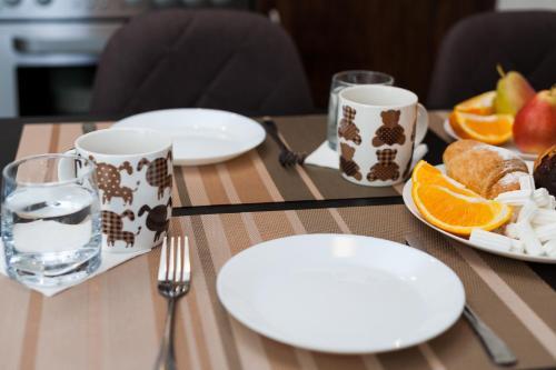 A restaurant or other place to eat at Уютные Апартаменты в самом центре Орджоникидзе 33