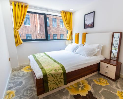 A bed or beds in a room at Queen Stay Apartments