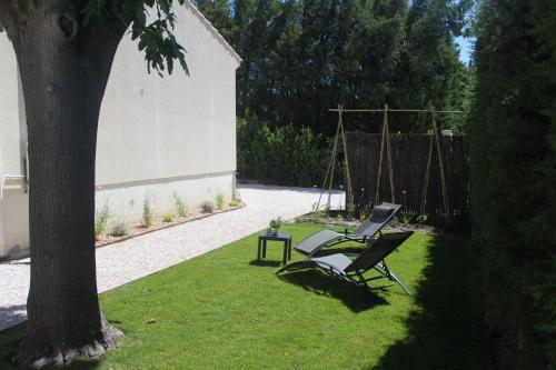 A garden outside Agréable maison 4-5personnes, 75m2, centre village, jardin et wifi