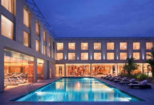 The swimming pool at or close to Courtyard by Marriott Kochi Airport