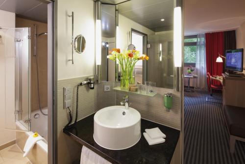 A bathroom at Mövenpick Hotel München-Airport
