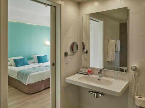Een badkamer bij BQ Apolo Hotel