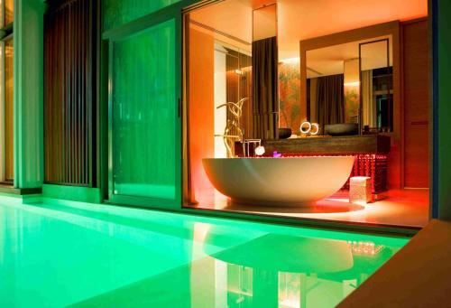 Ein Badezimmer in der Unterkunft W Koh Samui - SHA Plus
