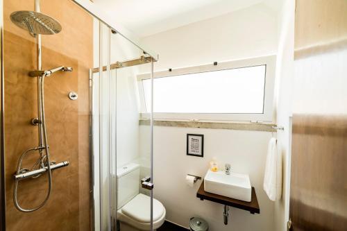 A bathroom at Hostel & Surfcamp 55