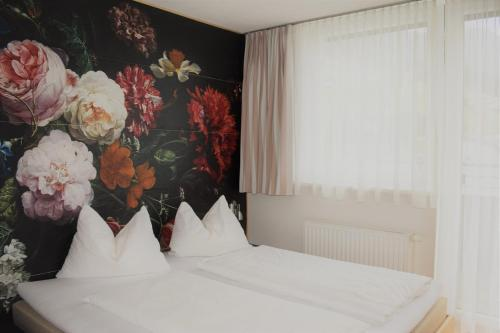 A bed or beds in a room at Hotel Kleißl