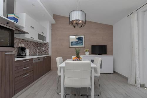 A kitchen or kitchenette at Apartments Villa Luce