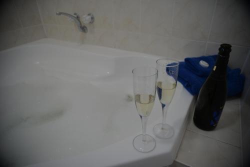 A bathroom at Ship Inn Motel