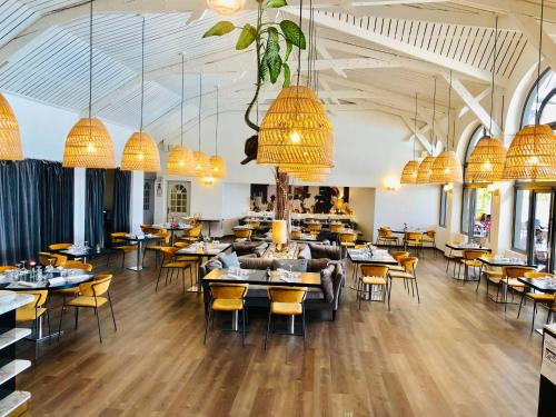 A restaurant or other place to eat at Hotel Mercure Creolia