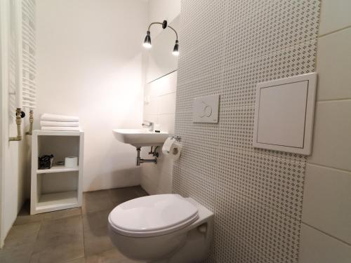 A bathroom at A&J Studios Mostowa Old Town
