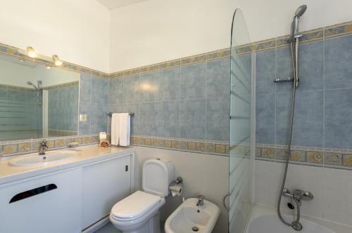 A bathroom at Rocha Brava Village Resort