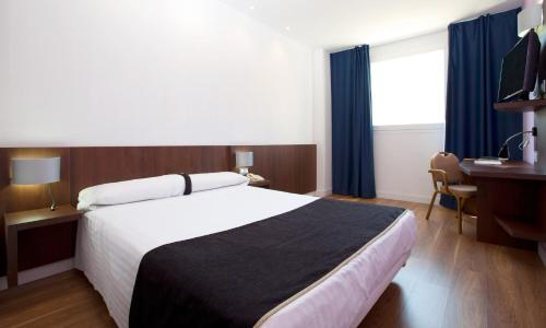 A bed or beds in a room at Hotel Olympia Universidades